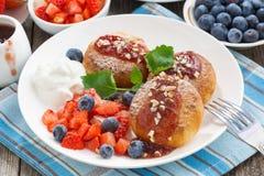 Süße Käsepfannkuchen mit Beeren und Creme, Draufsicht Lizenzfreies Stockbild