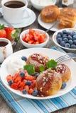 Süße Käsepfannkuchen mit Beeren und Creme, Vertikale, Draufsicht Lizenzfreie Stockfotografie