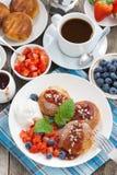 Süße Käsepfannkuchen mit Beeren und Creme zum Frühstück Stockfoto