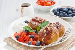 Süße Käsepfannkuchen mit frischen Beeren und Creme Stockbilder