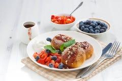 Süße Käsepfannkuchen mit frischen Beeren und Creme Lizenzfreies Stockbild