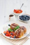 Süße Käsepfannkuchen mit frischen Beeren und der Creme, vertikal Stockbild
