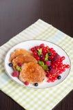 Süße Käsepfannkuchen mit frischen Beeren und Milch Stockfotos