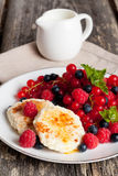 Süße Käsepfannkuchen mit frischen Beeren und Milch Lizenzfreie Stockbilder