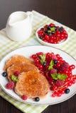 Süße Käsepfannkuchen mit frischen Beeren und Milch Lizenzfreie Stockfotos