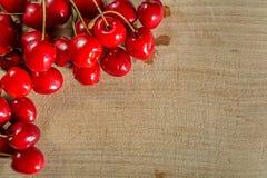 Süße Kirsche auf einer Holzoberfläche Stockbilder