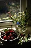 Süße Kirschen, Blumenstrauß stockfotos