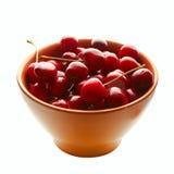 Süße Kirschen in der Keramik Lizenzfreie Stockfotos
