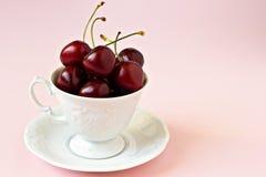Süße Kirschen in einem weißen Cup Stockbilder
