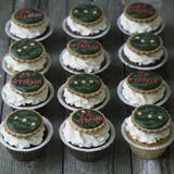 Süße kleine Kuchen mit Feiertag des Dekors am 23. Februar - Lebkuchenplätzchen mit Nr. 23 und Goldsterne und weiße Creme - stockfoto