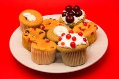Süße kleine Kuchen mit fress Frucht auf sie Lizenzfreie Stockfotografie