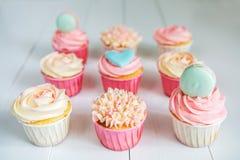 Süße kleine Kuchen mit Sahne, verzierter Lebkuchen, Perlen und makarons für leichtes raffiniertes Mädchen oder eine kleine Prinze Lizenzfreie Stockfotografie