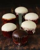 Süße kleine Kuchen mit Schokoladenzuckerglasur Stockfotos