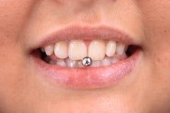 Süße Lippen mit Durchdringen stockfotografie
