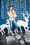 Süße Mädchenstellung und -plüsch spielen auf dem Hintergrund von Weihnachten Lizenzfreie Stockfotos