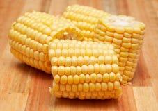 Süße Maiskolben auf dem hölzernen Vorstand Lizenzfreie Stockfotografie