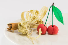 Süße Marzipankirschfrucht mit würziger Stockdekoration des Zimts lizenzfreie stockfotos