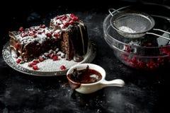 Süße Momente - süße Momente - Schokoladenkuchen gossen die heiße, flüssige Schokolade, besprüht mit roten Granatapfelsamen und -P stockfoto