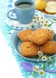 Süße Muffins auf Platte, Tasse Tee und Kamille stockfoto