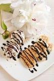 Süße Oblatenherzen auf Teller mit Blumen Stockbilder