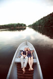 Süße Paare auf Boot Stockbild