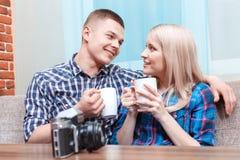 Süße Paare auf einem Datum Stockbild