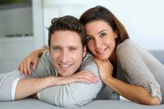 Süße Paare zu Hause, die Kamera betrachten Stockbilder