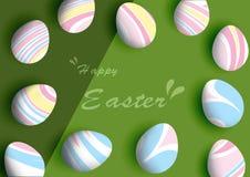 Süße Pastell-Ostereier auf grünem Hintergrund Stockfotografie