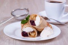 Süße Pfannkuchen angefüllt mit Hüttenkäse und Beeren Stockbild