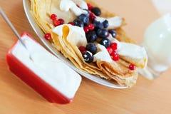Süße Pfannkuchen des Frühstücks mit Beeren Stockfotografie