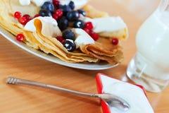 Süße Pfannkuchen des Frühstücks mit Beeren Stockbild