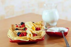 Süße Pfannkuchen mit Beeren und Molkerei Stockbild