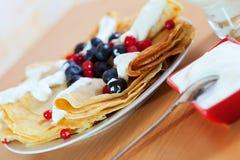 Süße Pfannkuchen mit Beeren und Molkereicreme Stockfoto