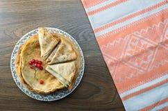 Süße Pfannkuchen mit Beeren Viburnum Lizenzfreie Stockbilder