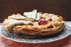 Süße Pfannkuchen mit Beeren Viburnum Stockfotografie