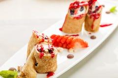 Pfannkuchen angefüllt mit Beeren und Nüssen lizenzfreies stockbild