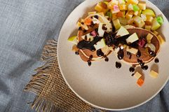 Süße Pfannkuchen mit Früchten, kandierte Früchte und Käse, selbst gemacht Lizenzfreie Stockfotografie