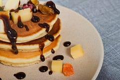 Süße Pfannkuchen mit Früchten, kandierte Früchte und Käse, selbst gemacht Stockfoto