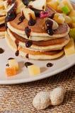 Süße Pfannkuchen mit Früchten, kandierte Früchte und Käse, selbst gemacht Lizenzfreie Stockfotos