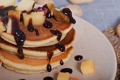 Süße Pfannkuchen mit Früchten, kandierte Früchte und Käse, selbst gemacht Stockbilder