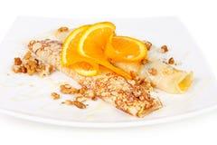 Süße Pfannkuchen mit Frucht und Walnüssen Stockfoto
