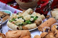 Süße Pfannkuchen und Festlichkeiten an der Messe lizenzfreies stockbild