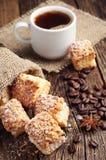 Süße Plätzchen des Blätterteiges und des Kaffees Stockfoto