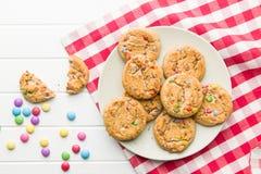 Süße Plätzchen mit bunten Süßigkeiten Lizenzfreies Stockbild