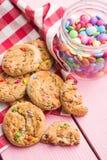 Süße Plätzchen mit bunten Süßigkeiten Lizenzfreie Stockfotos