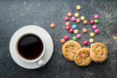 Süße Plätzchen mit bunten Süßigkeiten und Kaffeetasse Lizenzfreies Stockbild