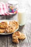 Süße Plätzchen mit bunten Süßigkeiten und Milch Stockfotografie