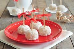 Süße Plätzchen mit Gummi auf roter Platte Stockfotos