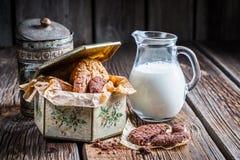 Süße Plätzchen mit Milch zum Frühstück Stockbild