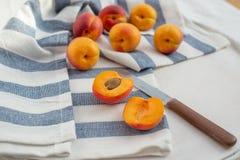 Süße reife Aprikosen auf einer Tabelle Lizenzfreies Stockfoto